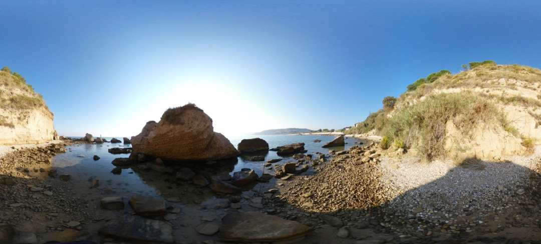 spiaggia dell'acqua bella nei pressi dell'omonimo promontorio