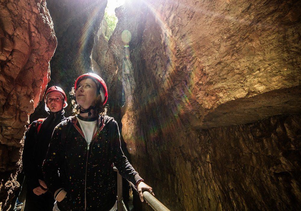 Le luci che filtrano nella forra pervadono l'atmosfera incantata del canyon.