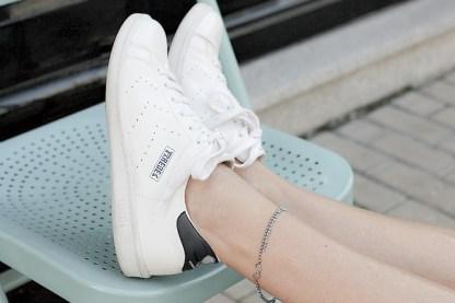 Zapatillas-blancas-para-brillar-en-primavera-2