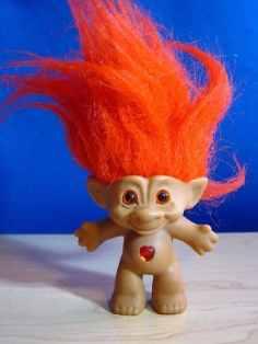Un troll aux cheveux oranges