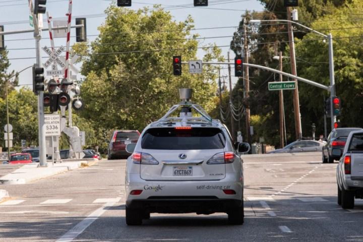 Une Google Car à un feu rouge