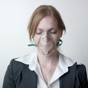 Je mets mon masque à oxygène d'abord sur moi