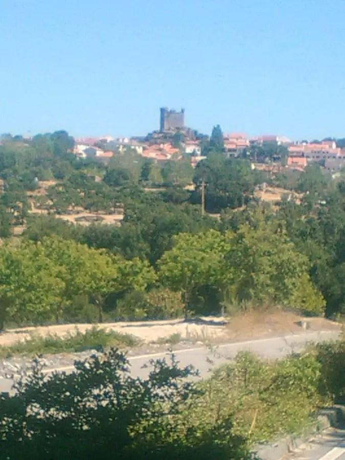portugal-fatimachateau-de-penedono-vacances-en-famille-blog-de-voyage-activite-en-famille-road-trip-au-portugal-voyage-et-enfantchateau-vu-de-loin