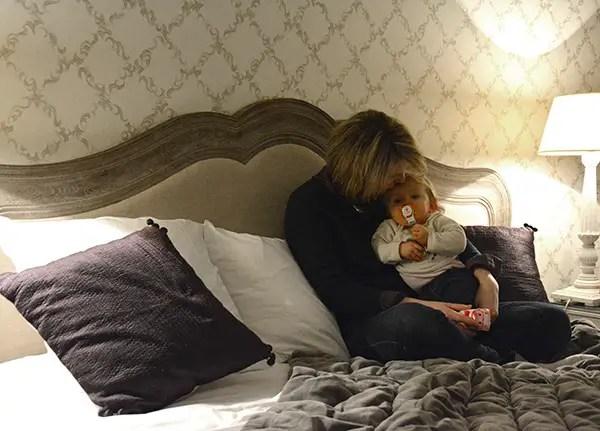 Saint-Valentin en famille, instant mère et fille sur le lit en train de faire un câlin