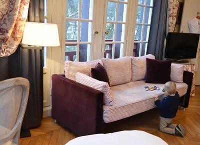 Saint-Valentin en famille, chambre familiale avec un canapé, vue sur le jardin
