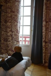 Saint-Valentin en famille, enfant regardant par la fenêtre