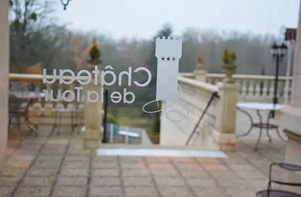 Saint-Valentin en famille, nom du château sur la vitre de l'hôtel