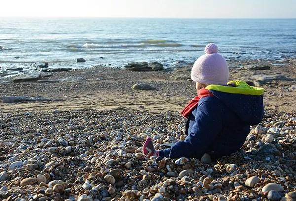 Où dormir sur la Côte d'opale ?Optez pour un gîte de charme au Clos Saint Pierre. enfant sur la plage regardant la mer