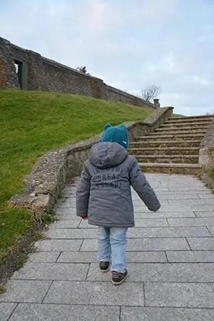 Où dormir sur la Côte d'opale ?Optez pour un gîte de charme au Clos Saint Pierre. enfant marchant vers des escaliers, gite de charme le clos saint pierre
