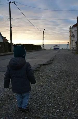 enfant marchant vers la mer, boite de charme clos de saint pierre