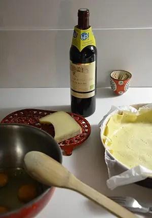 Où dormir sur la Côte d'opale ?Optez pour un gîte de charme au Clos Saint Pierre. table avec une bouteille de vin et du fromage, gite de charme au clos saint pierre