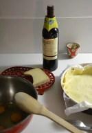 table avec une bouteille de vin et du fromage, gite de charme au clos saint pierre