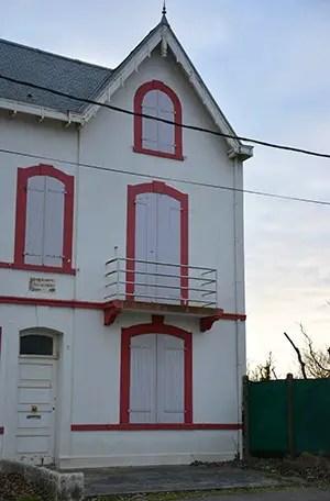 maison blanche et rouge