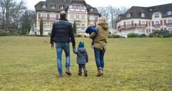 Saint-Valentin en famille, famille marchant vers le château