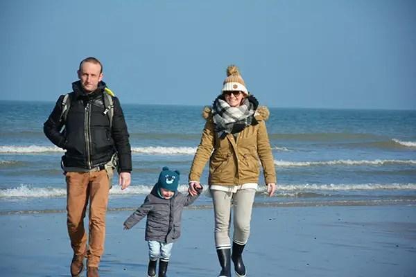 Famille marchant sur la plage de la Côte d'Opale
