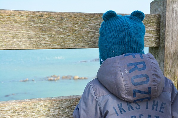 Côte d'Opale, enfant regardant la mer, Côte D'opale