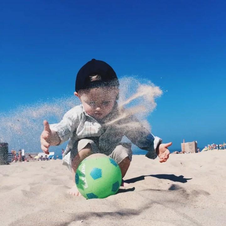 enfant jouant dans le sable station de han en belgique coups de coeur voyage