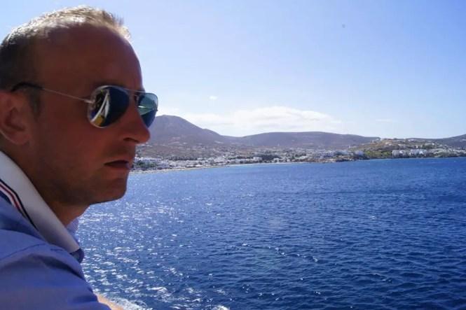 île de Santorin homme sur un bateau regardant la mer