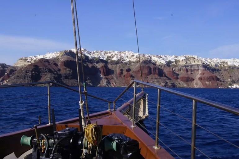 arrivée à île de Santorin en bateau et vue sur la caldeira
