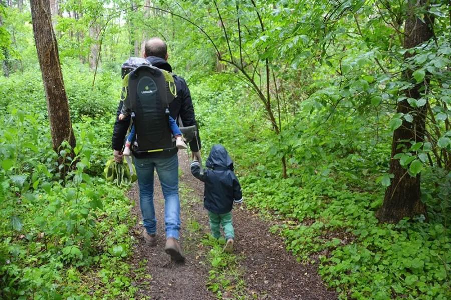 papa avec ses enfants en randonnée en famille