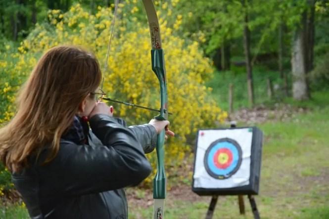 fille s'entrainant au tir à l'arc blog voyage famille Loisirs Loire Valley