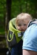 enfant en porte bébé, randonnée en famille