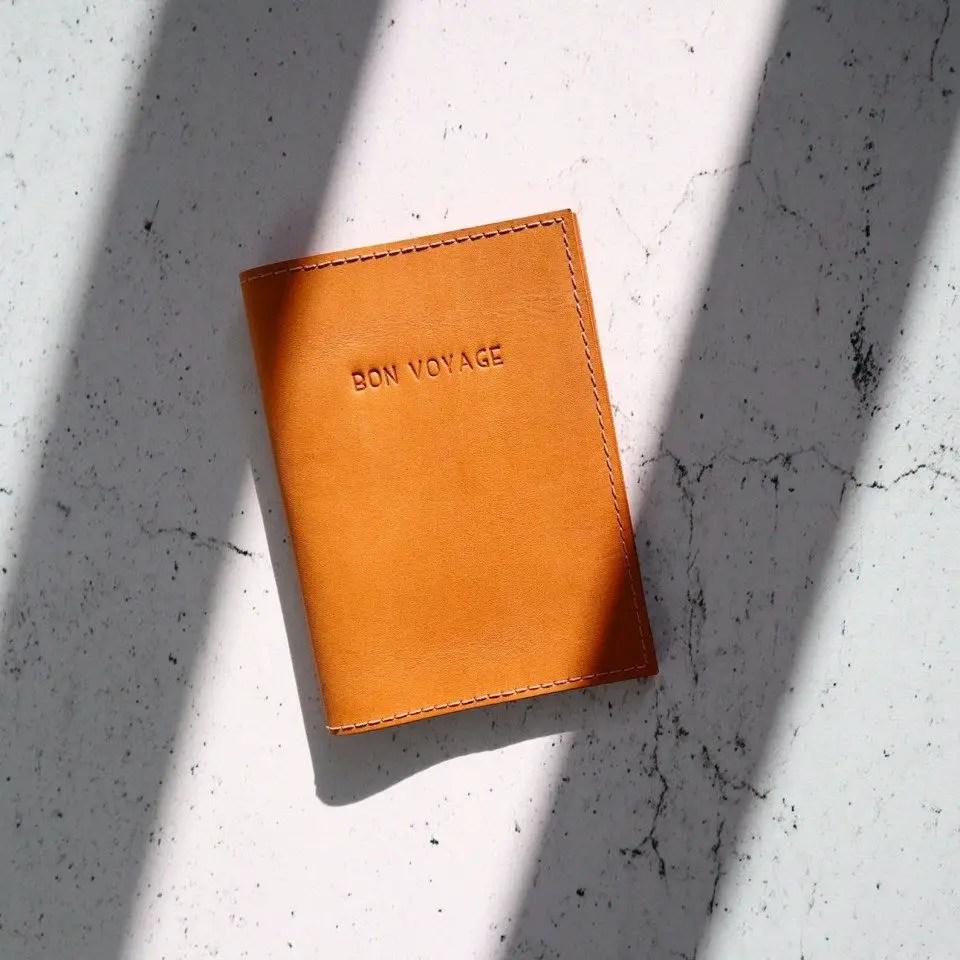 idees cadeaux voyage fete des mères étui passeport en cuir