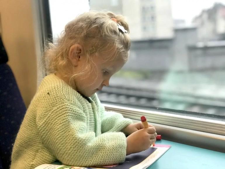 occuper enfant dans le train - Comment voyager léger avec des enfants ? mes astuces pour optimiser vos bagages