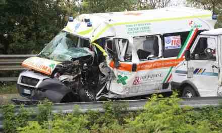 Se un'ambulanza si sta dirigendo a una chiamata ed è coinvolta in un incidente, deve prestare soccorso o dirigersi verso l'emergenza originale?