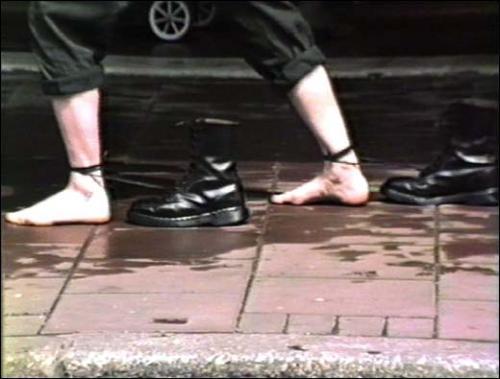 """Mona Hatoum, Roadworks (actions de rue), 1985. Vidéo, couleur, son. 6'45"""". Collection Nouveaux médias du Mamvp<br><br>Courtesy Musée national d'art moderne © Mona Hatoum"""