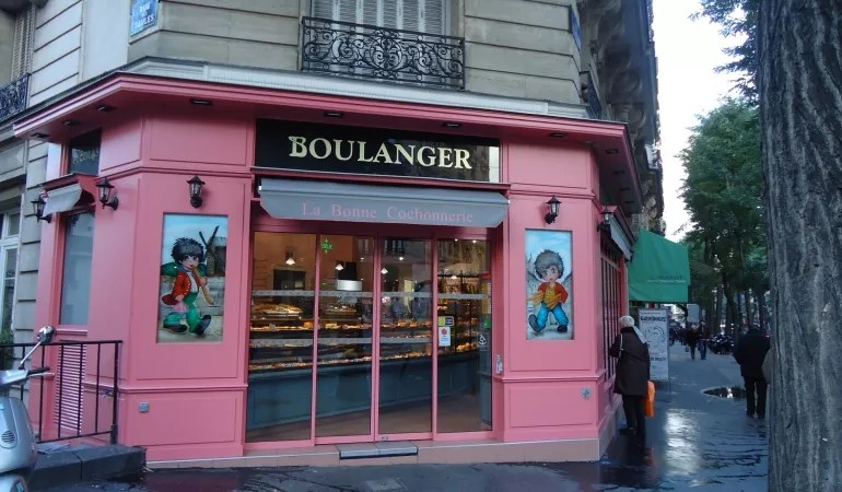 One of several bakeries nearby r. Cauliancourt