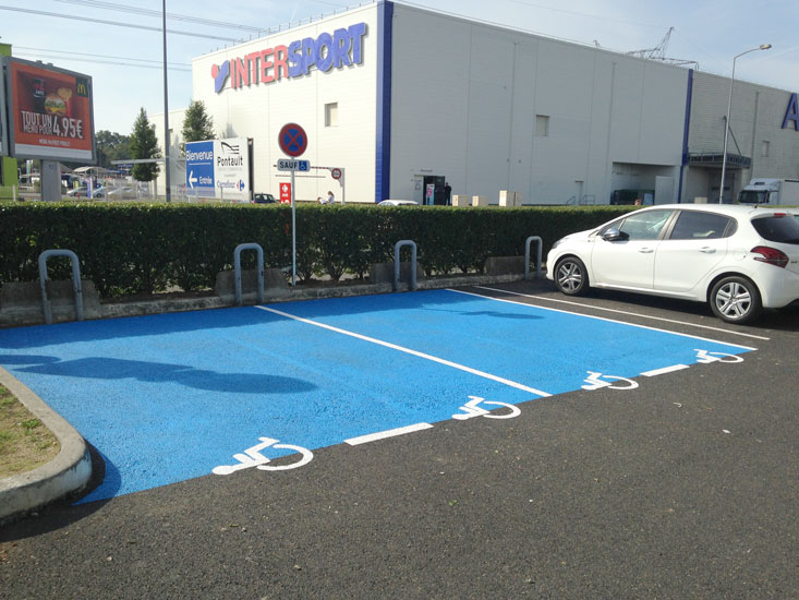 place parking marquage bleu