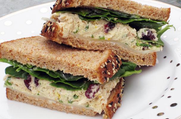 Panino-al-sesamo-con-crema-di-sardine,-olive-e-spinacini-ricetta-parliamo-di-cucina