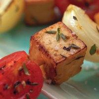 Spiedini di tofu marinato alle erbe