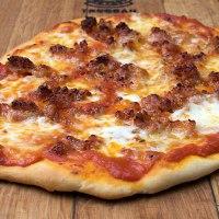 Pizza con salsiccia e cipolle