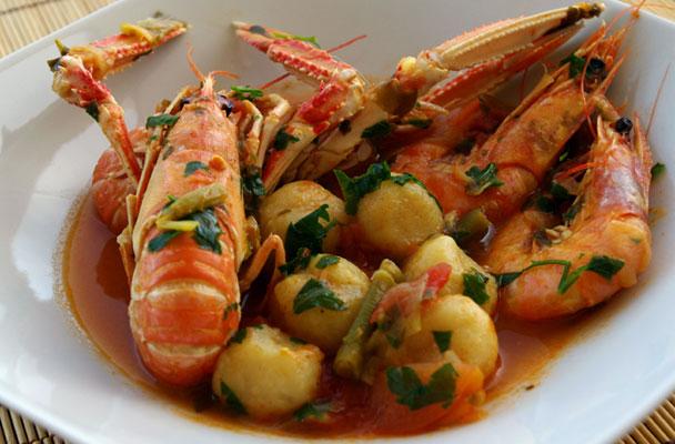 Scampi-in-busara-con-gnocchetti-di-patate-ricetta-parliamo-di-cucina