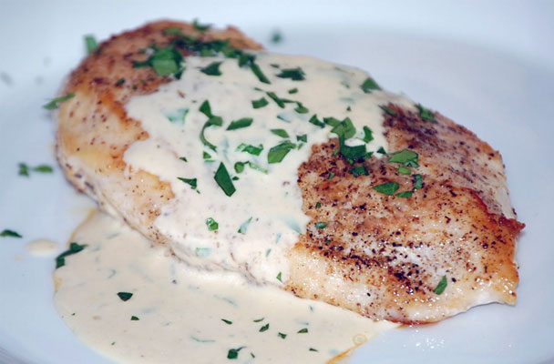 Petto-di-pollo-con-salsa-aromatica-allo-yogurt-ricetta-parliamo-di-cucina