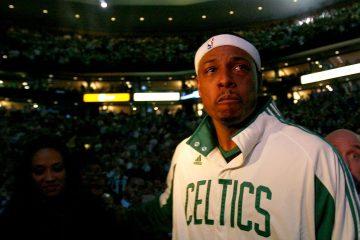 Paul Pierce les larmes aux yeux sous le maillot des Celtics