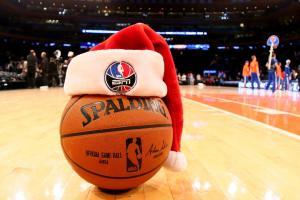 Un ballon Spalding affublé d'un bonnet à l'occasion des fêtes de Noël