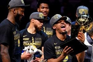 Nick Young avec le trophée NBA, à côté de Stephen Curry