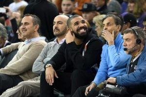 Drake et le propriétaire des Kings, Vivek Ranadive, assis au bord du terrain.