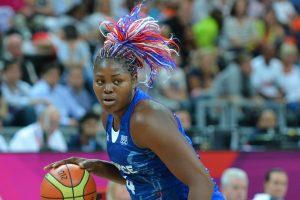 Isabelle Yacoubou, balle en main, sous le maillot de l'équipe de France.