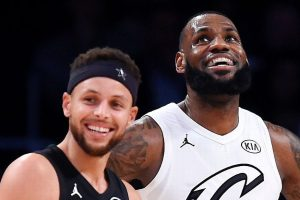 LeBron James et Stephen Curry, souriant sous les maillots All-Star