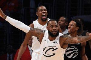 LeBron James devant Kevin Durant à l'occasion du All-Star Game