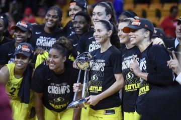 Les joueuses du Storm de Seattle posent avec le trophée WNBA