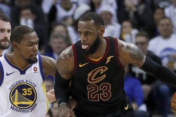 LeBron James (Cavs) au poste contre Kevin Durant (Warriors).