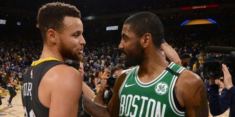 Stephen Curry et Kyrie Irving discutent après un match entre les Warriors et les Celtics
