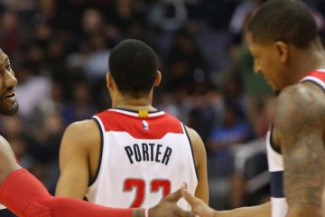 John Wall et Bradley Beal se congratule sous le maillot des Wizards. Otto Porter est de dos.