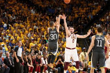Stephen Curry tire derrière l'arc au-dessus de Kevin Love