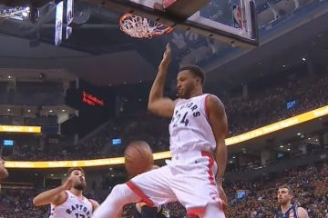 Norman Powell pose un double pump dunk avec les Raptors